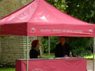 roze tent met logo en tekst 'bekijk het eens nuchter'